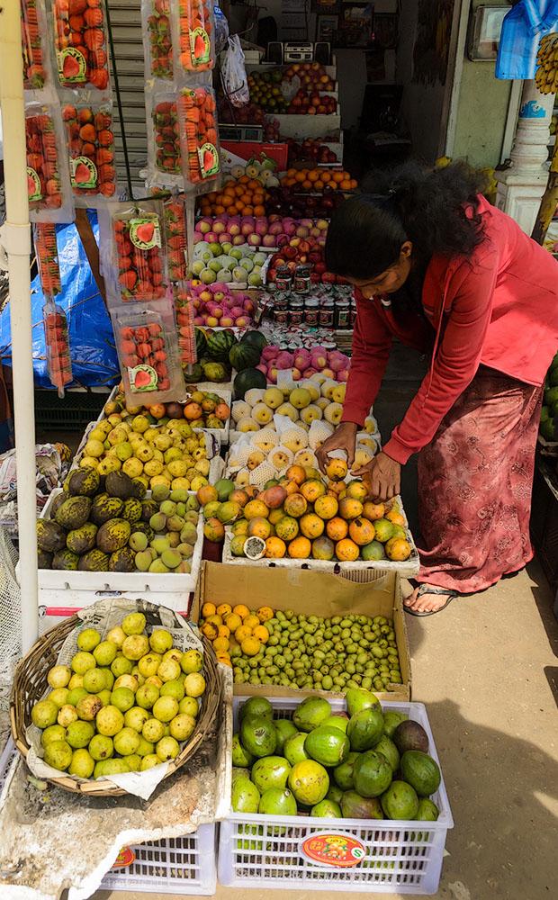 Фотография 2. Выбор фруктов на рынке в городе Nuwara Eliya не так уж и широк. Отдых в Шри-Ланке в мае. Отзывы туристов