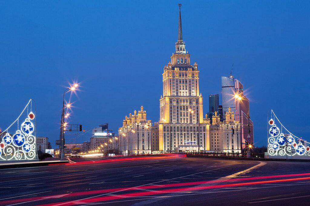 Москва. Высотное здание на берегу Москва-реки утром.