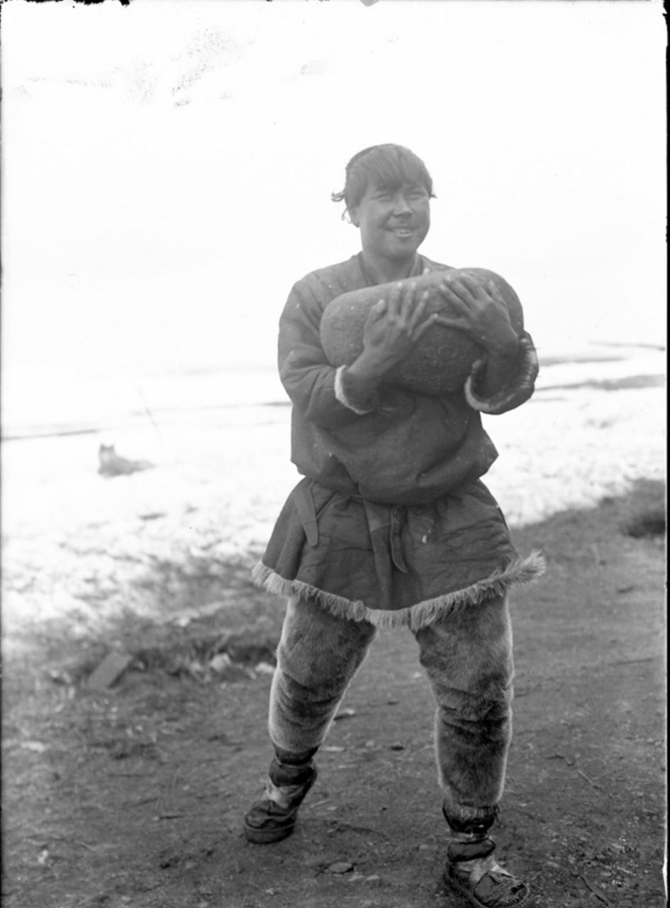 Молодой человек, несущий камень для физических упражнений, 1901
