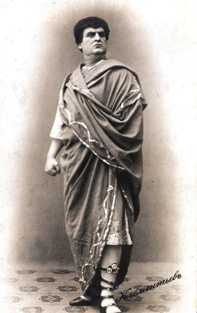 Клементьев Лев Михайлович.В 1889 году учился пению в Париже (у профессора Оливьери), в 1890 году — в Милане (у М. Петца). Выступал в оперетте  в 1890—1891 годах — в Петербурге, в 1891—1892 годах — в Москве