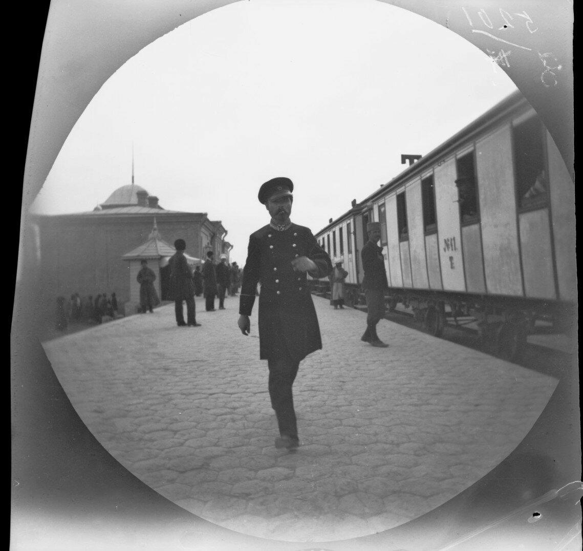 2 ноября. Платформа станции Закаспийской железной дороги. Аллен вспоминает: «Наши российские друзья убедили нас, воспользоваться железной дорогой, а не рисковать путешествуя по пугающим пескам Кара-Кум»