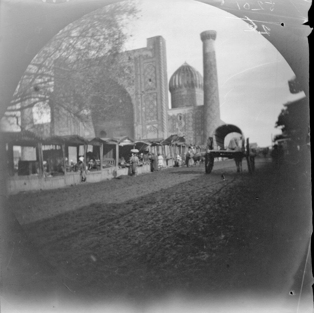 14 ноября. Самарканд. Медресе Шердор и торговые палатки вдоль дороги