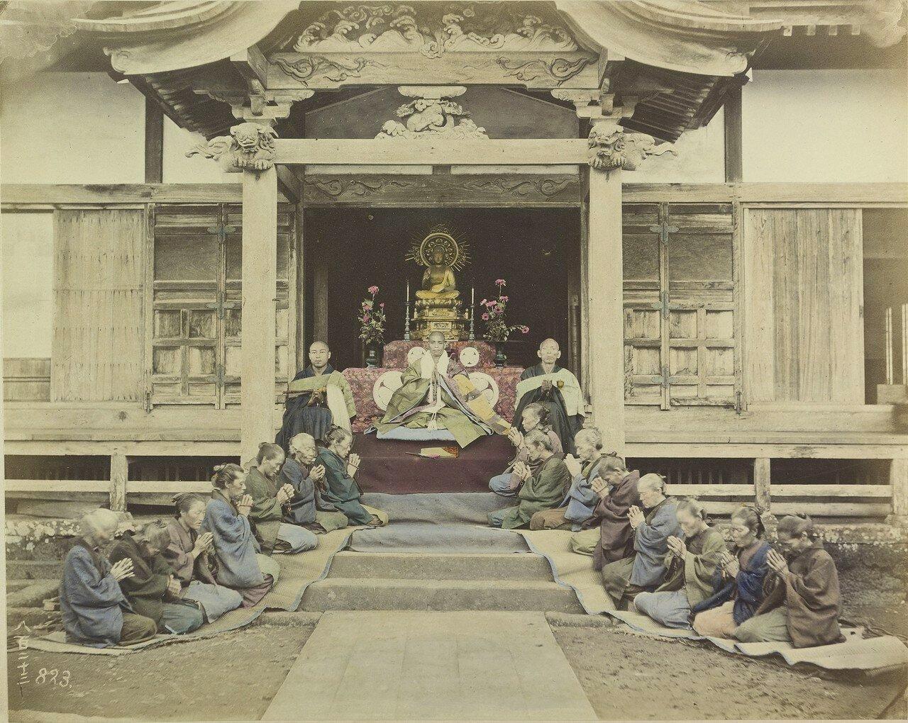 Молитва верующих у входа в храм