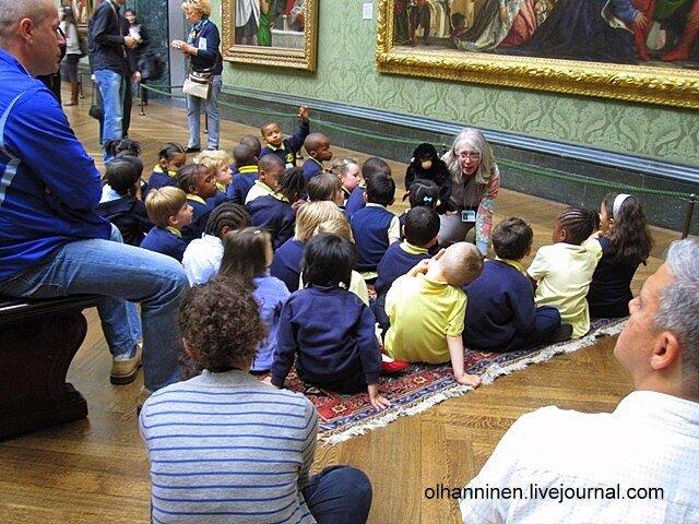 Дети пришли в Лондонскую Национальную Галерею, учителя расстелили им ковер