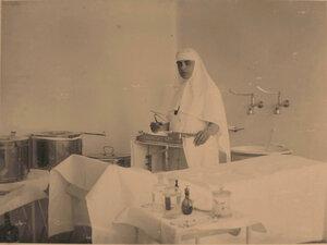 Старшая сестра офицерского лазарета Л.В.Никитина в операционной.