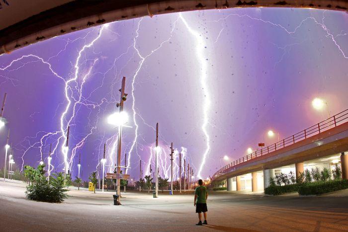 Красивые фотографии молний в самых разных местах и ситуациях 0 a5523 c2b2a8b orig