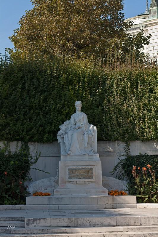Памятник императрице Сисси в Вене