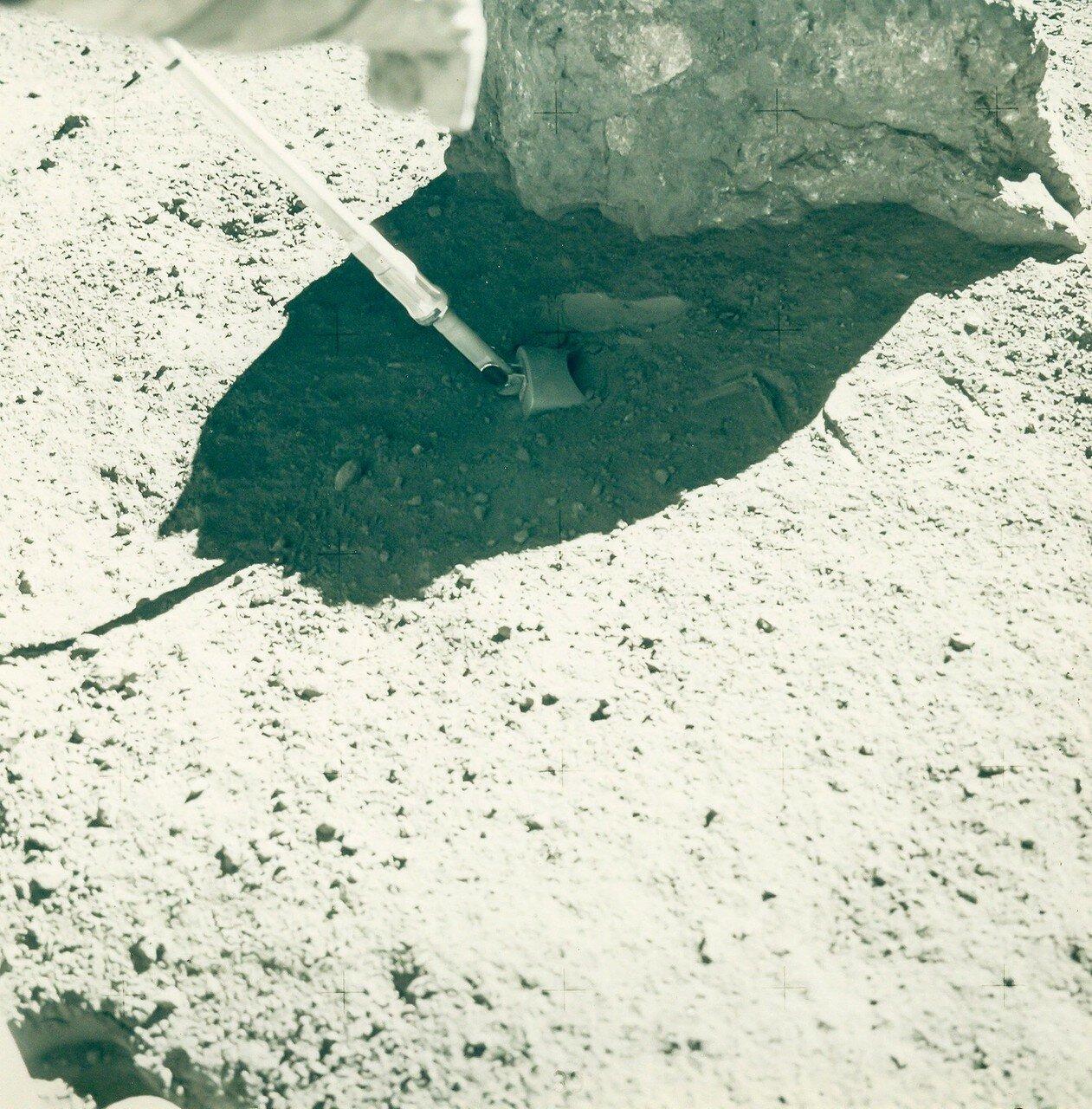 Нужно было найти место без россыпей валунов и камней, но желательно с одним отдельно лежащим валуном и поставить эксперимент «чистого реголита». На снимке: Выборки лунной породы на станции 9