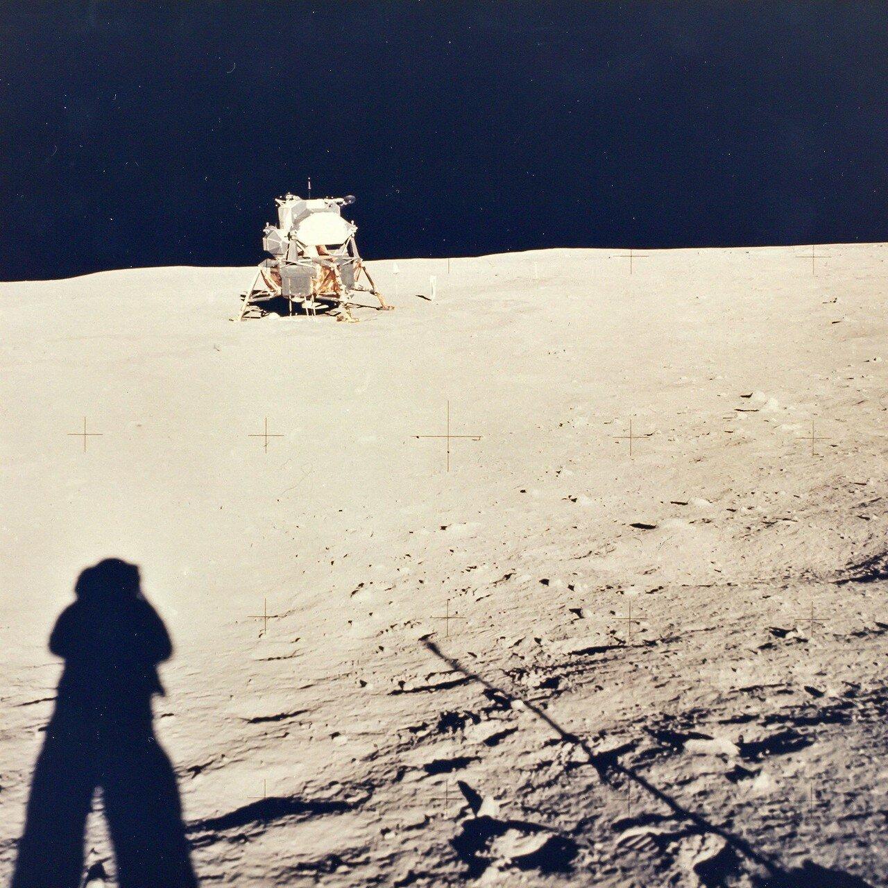 Тень Армстронга на Луне