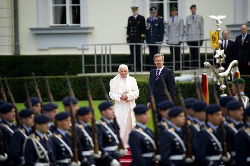 Оффтоп из Европы German-born Pope Benedict XVI (L) and Ge