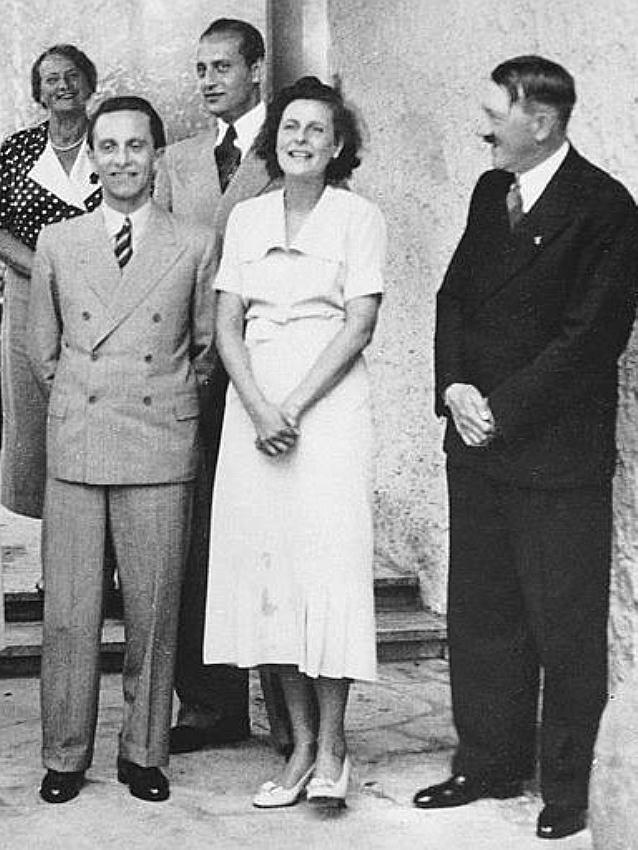 Геббельс, Лени Рифеншталь и Гитлер в её берлинском особняке. 1938 г.