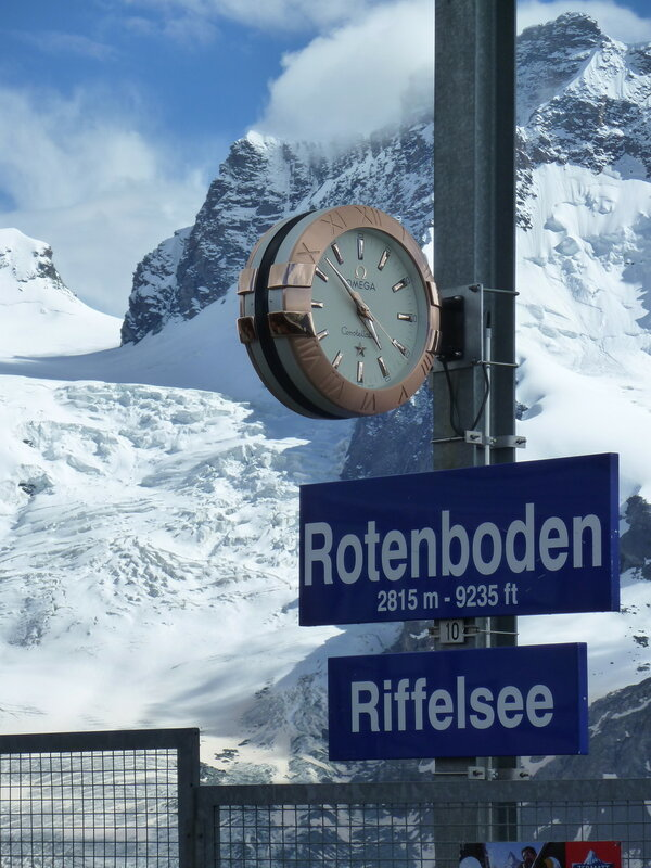 Все часы на ж/д станциях Горнергратской дороги - исключительно Омега:)
