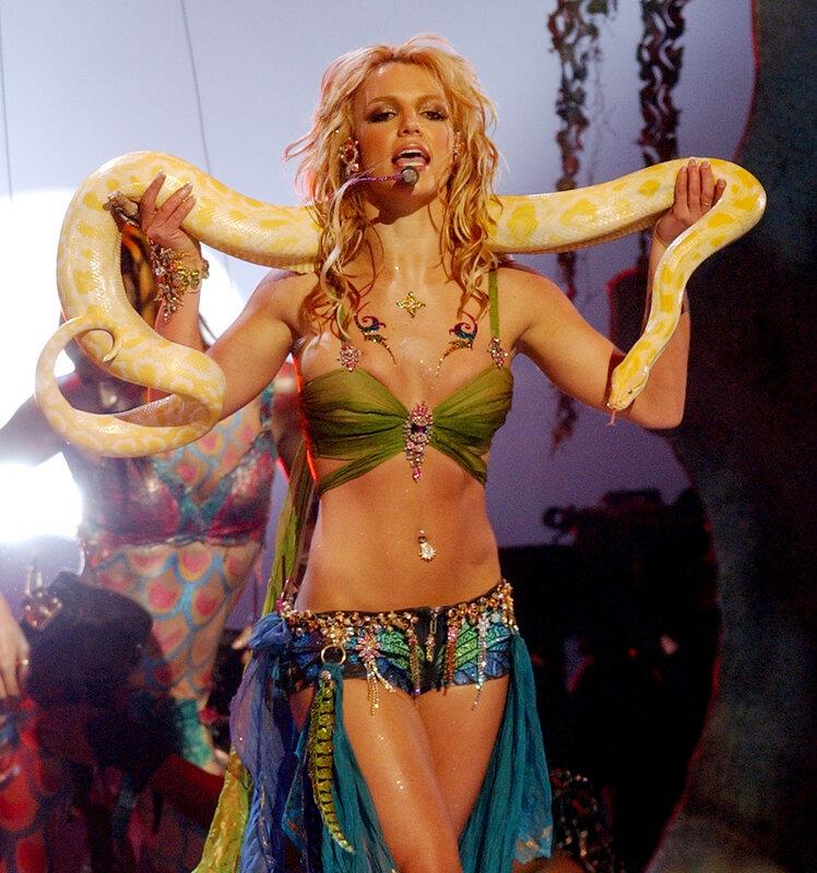 Бритни Спирс выступает на церемонии VMA 2001 в Нью-Йорке