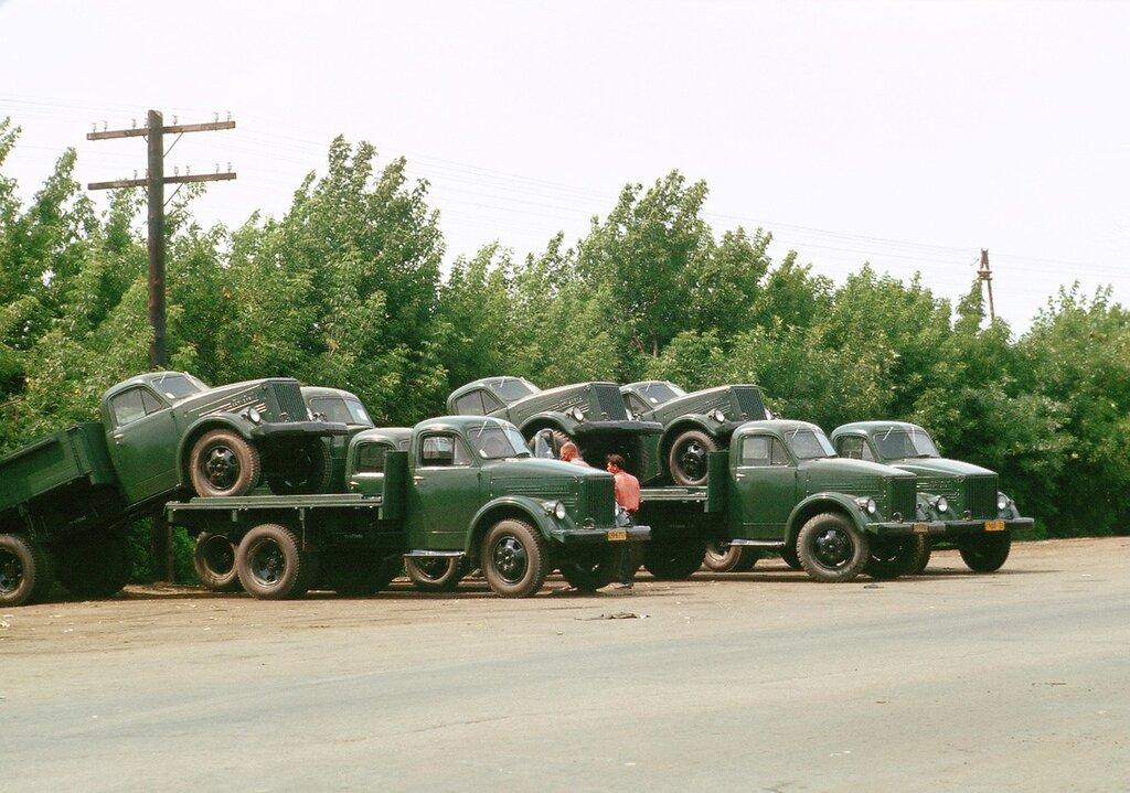 рузовики ГАЗ-51, подготовленные к транспортировке (1964 г.)