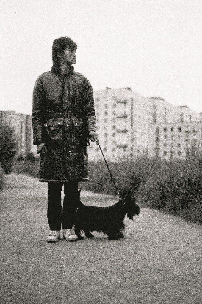 Д. Конрадт. Виктор Цой. Прогулка с Биллом. Ленинград. 1985 год