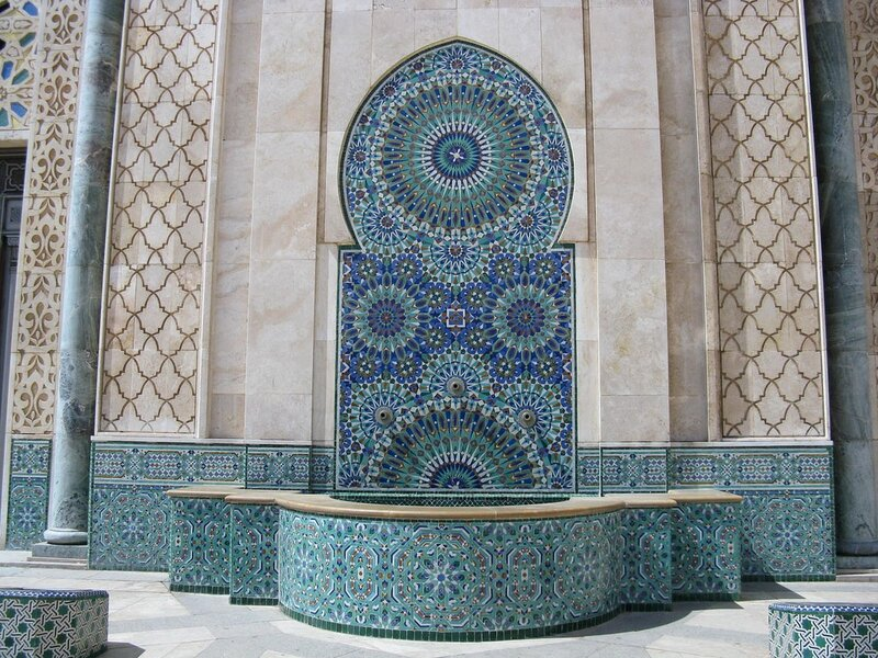 Внутри зал для молитв украшен 78