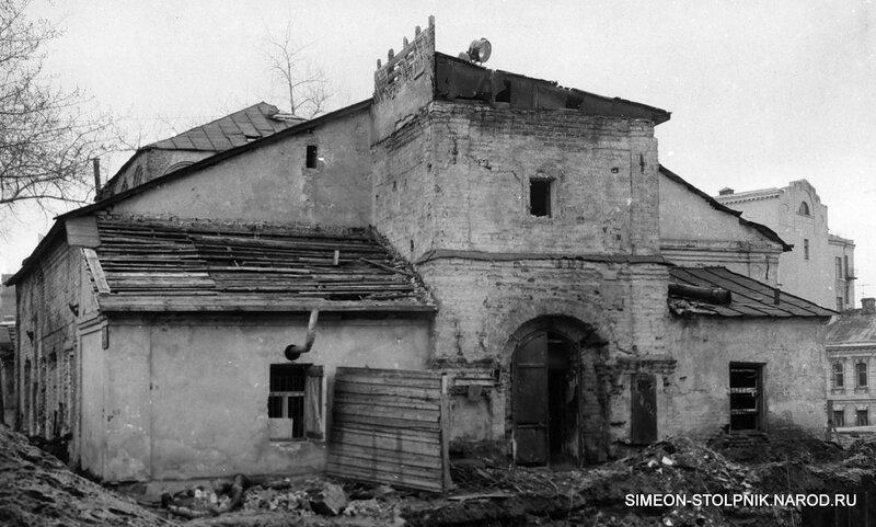 Главный вход в храм с разрушенной колокольней. 1965 год.