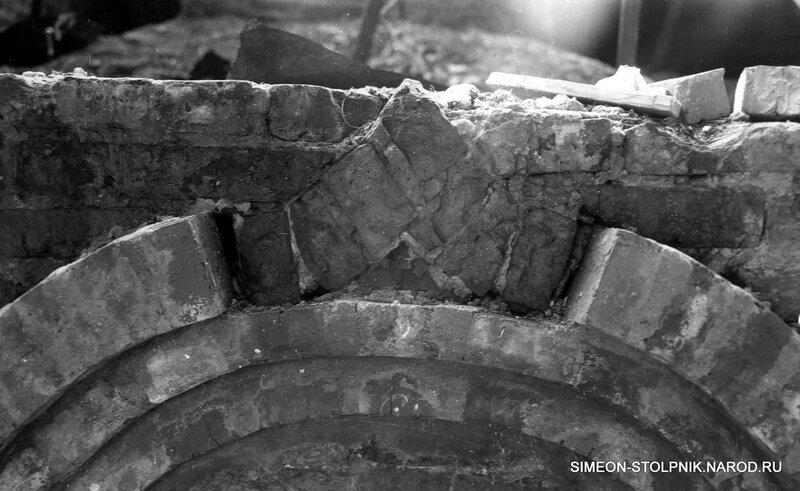 Фрагмент окна с южной стороны храма до реставрации.