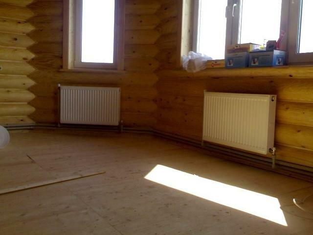 Установка стальных радиаторов отопления в деревянном доме сруб.  Схема разводки наружная двухтрубная.