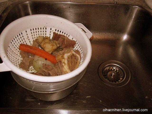 Берем дуршлаг, ставим его в большую миску  в раковинре и выливаем туда бульон
