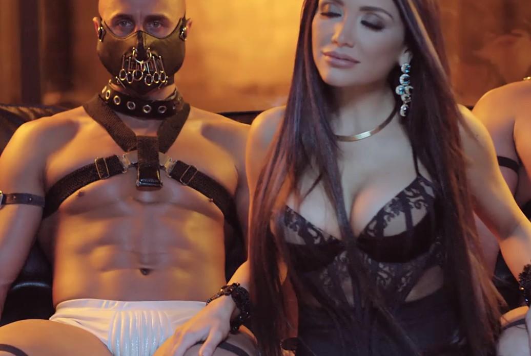 интимная обстановка мужчина в кожаной маске