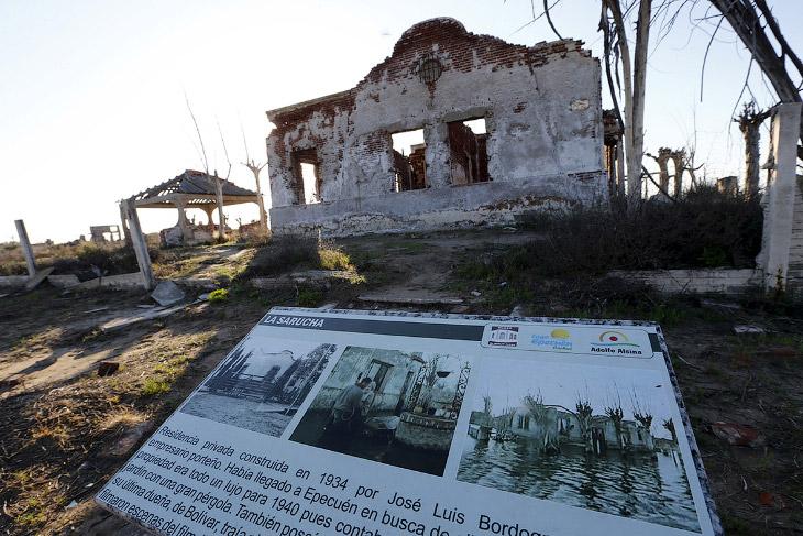 2. Курортный городок Вилья-Эпекуэн в 1970 году и в 2011, когда эта его часть «восстала» из воды. (Фо