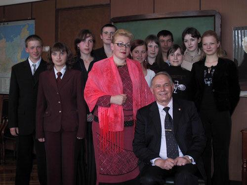 Виктор Никитович Михайлов с учениками Малушевской школы