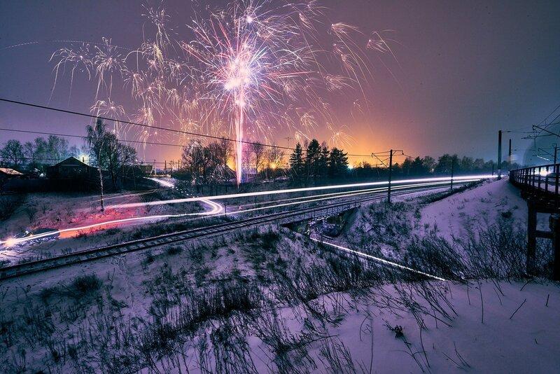 Фейерверк и поезда. Автор фото Александр Аничкин