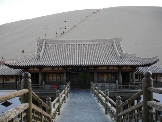 Озеро-оазис Юэяцюань. Китай