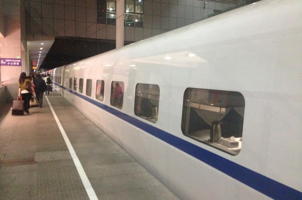 Скоростной поезд с купейными вагонами