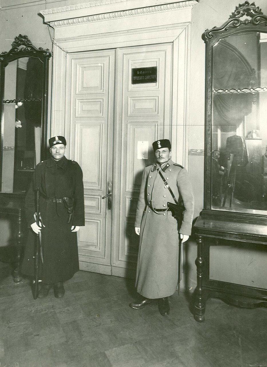 Наряд полиции в помещении Городской думы в день выборов выборщиков во Вторую Государственную думу