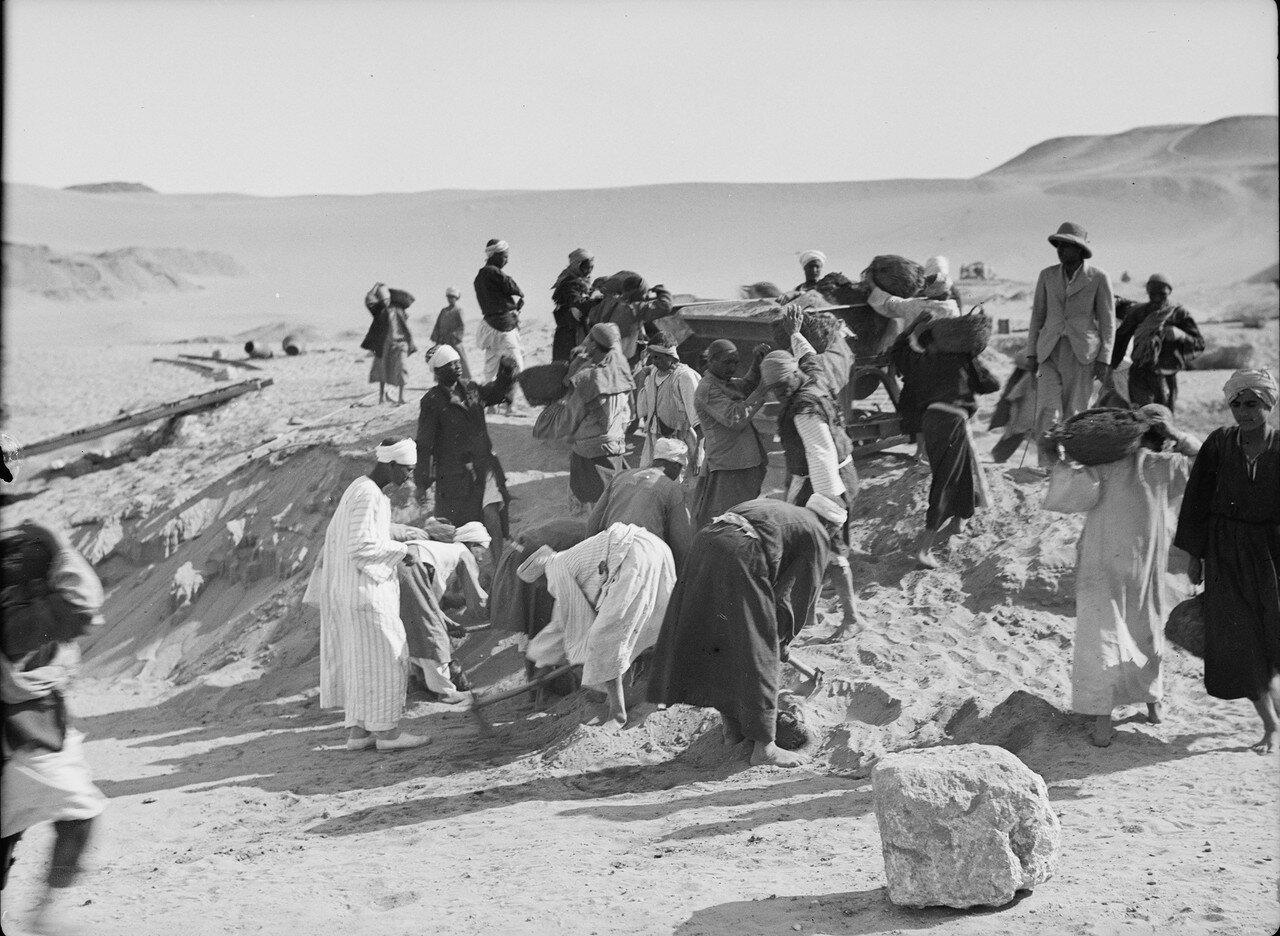 Гиза. Земляные работы близ основания четвертой пирамиды