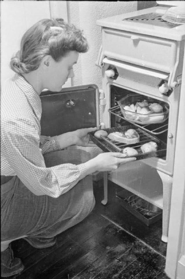 23. После напряженного дня Оливия ставит ужин в духовку. Министерство продовольствия побуждало людей готовить всю свою еду в духовке для экономии топлива