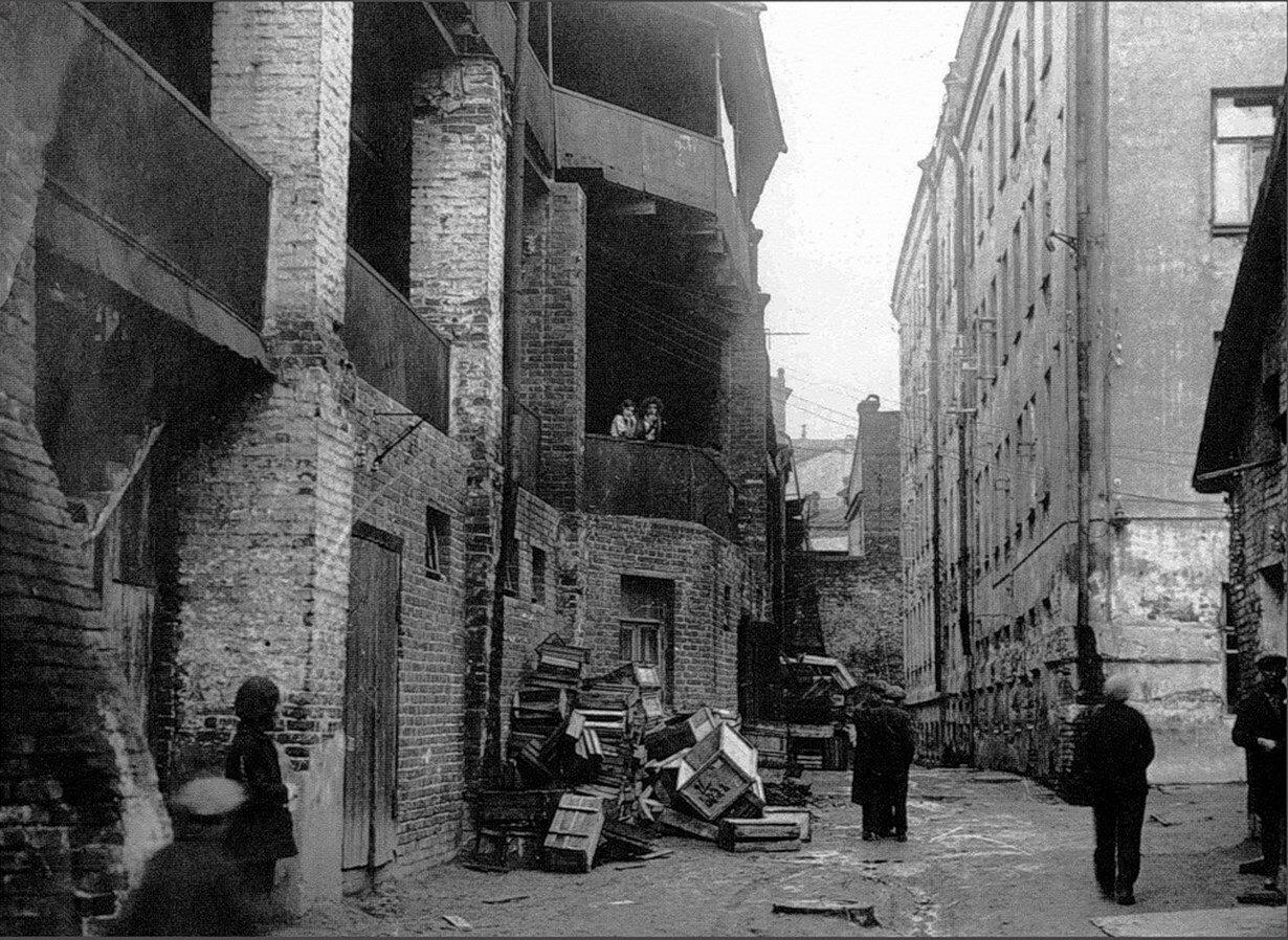 1930-е. Проходной двор у Варварских ворот