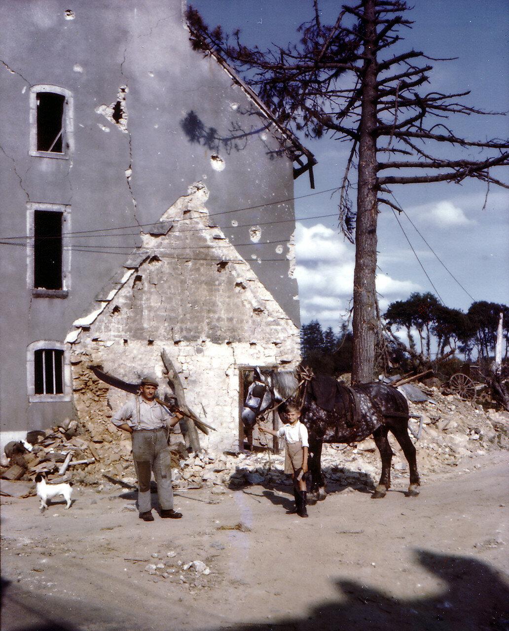 28. Гражданские возле разрушенного дома