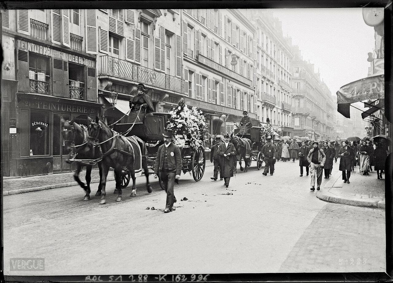 1918. Парижане хоронят жертв варварства бошей