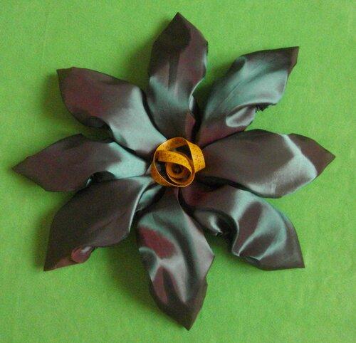 Бахилы многоразовые... превращаются в прекрасный цветочек :)