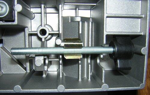 Bosch GFS 350 E — крепление для винта фиксации пилы к качающейся платформе пильного стола.