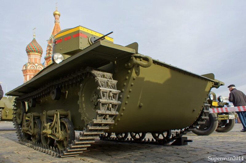 Выставка раритетной военной техники на Васильевском спуске