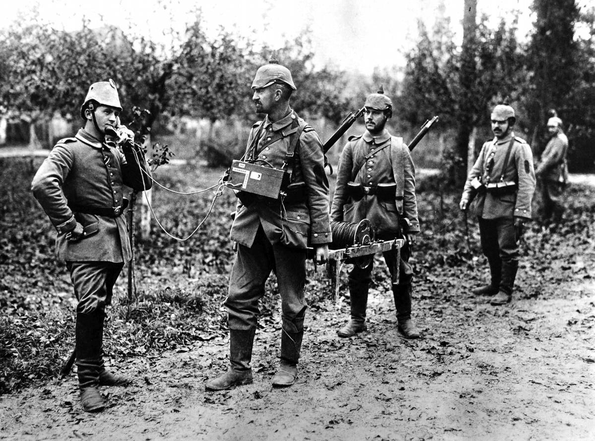 Немецкие солдаты используют полевой телефон (14)
