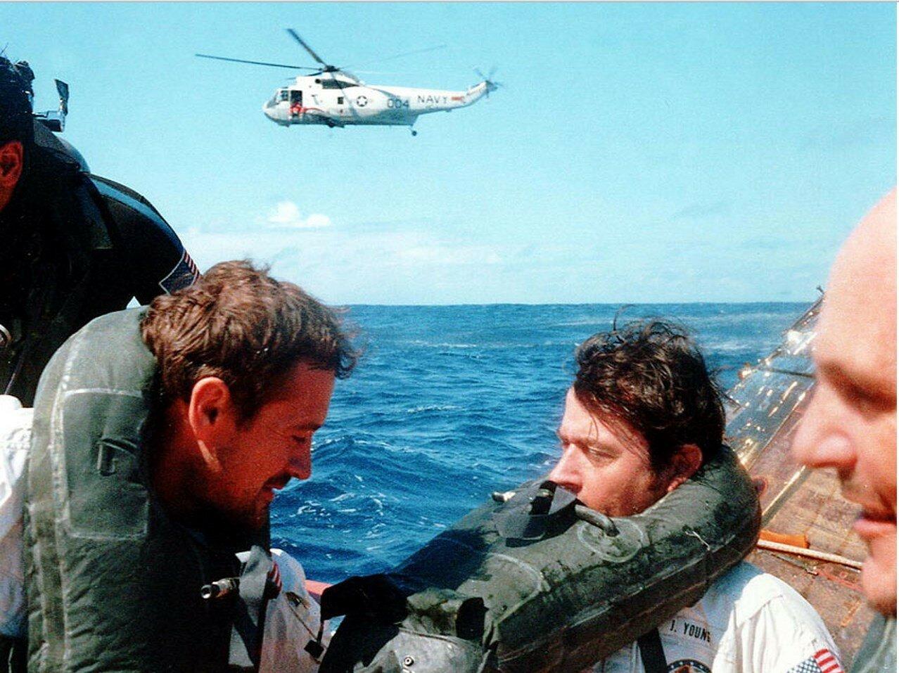 Дьюк, Янг и Маттингли (слева направо) в спасательной шлюпке