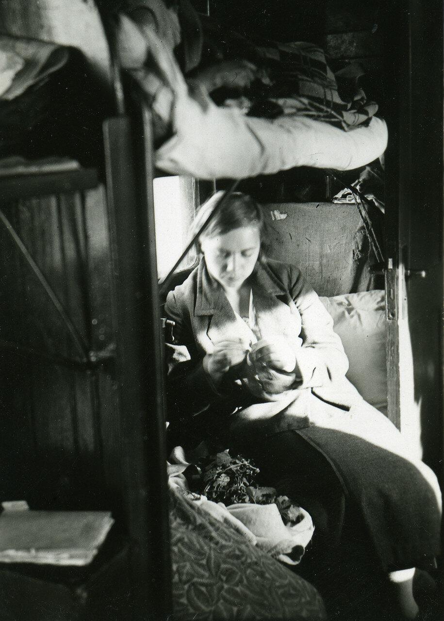41. Молодая женщина в  плацкартном вагоне