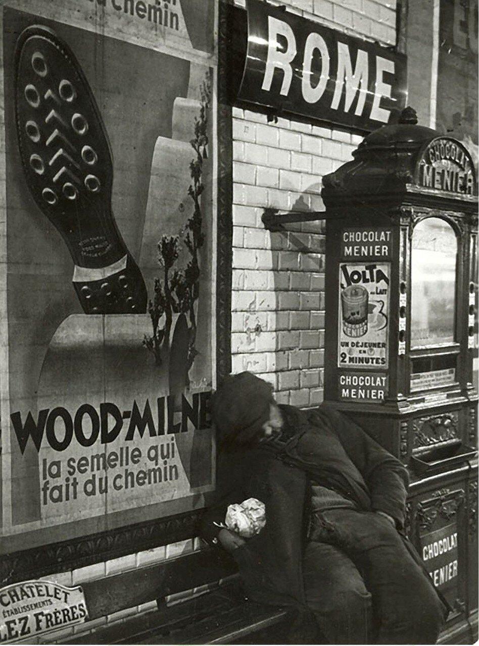 1933. Бродяга, спящий в Марселе