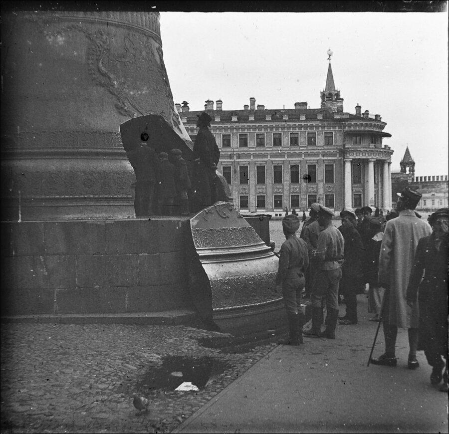 677. На Ивановской площади Московского Кремля