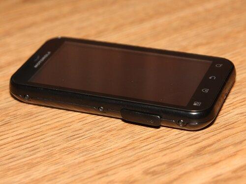 Заглушка на левом боку устройства
