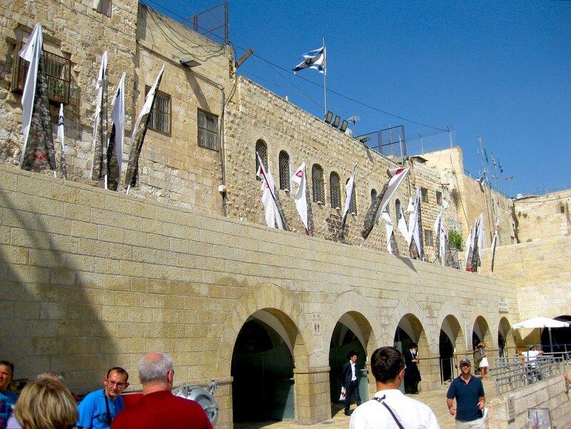 Рядом со святыней евреев - Стеной Плача