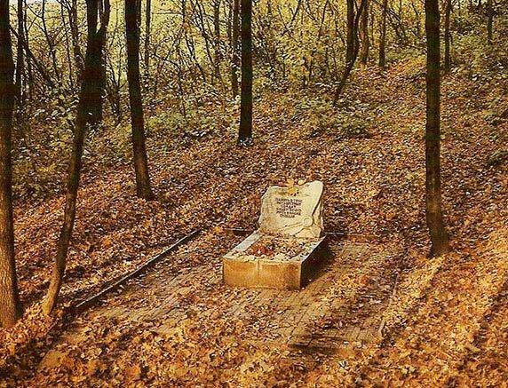 Могила неизвестного лётчика. Белгород, Пушкарский лес. Фото В.Собровин, 1987.