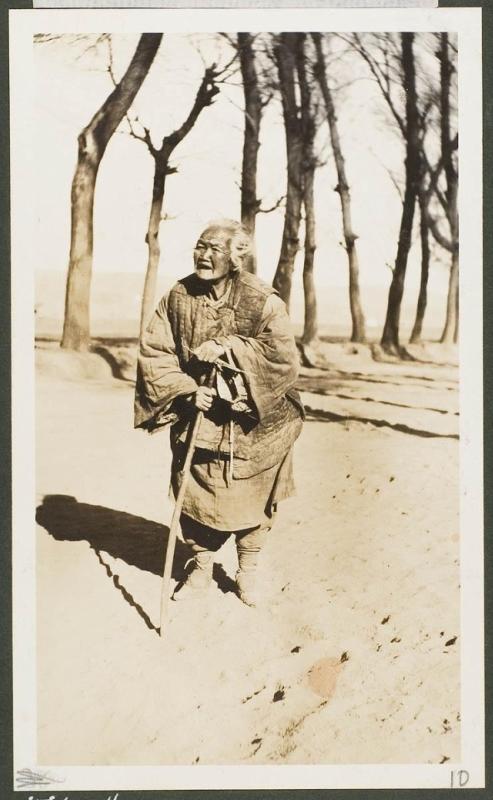 Восьмидесятилетняя женщина близ монастыря Белой воды