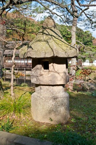 Каменный светильник без основания Ikekomi-doro (活け込み燈籠).