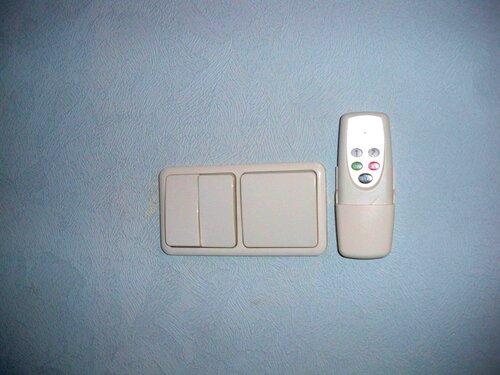 Фото 1. Подставка пульта дистанционного управления люстры установлена сбоку (справа) от выключателей.